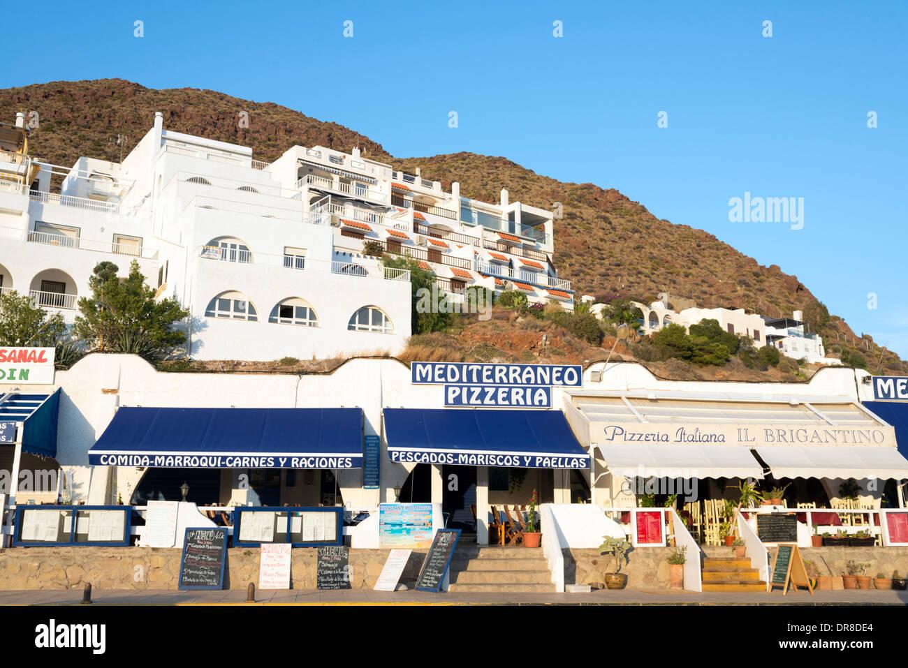Restaurantes a lo largo del paseo marítimo de San José, Cabo de Gata-Níjar, España Imagen De Stock