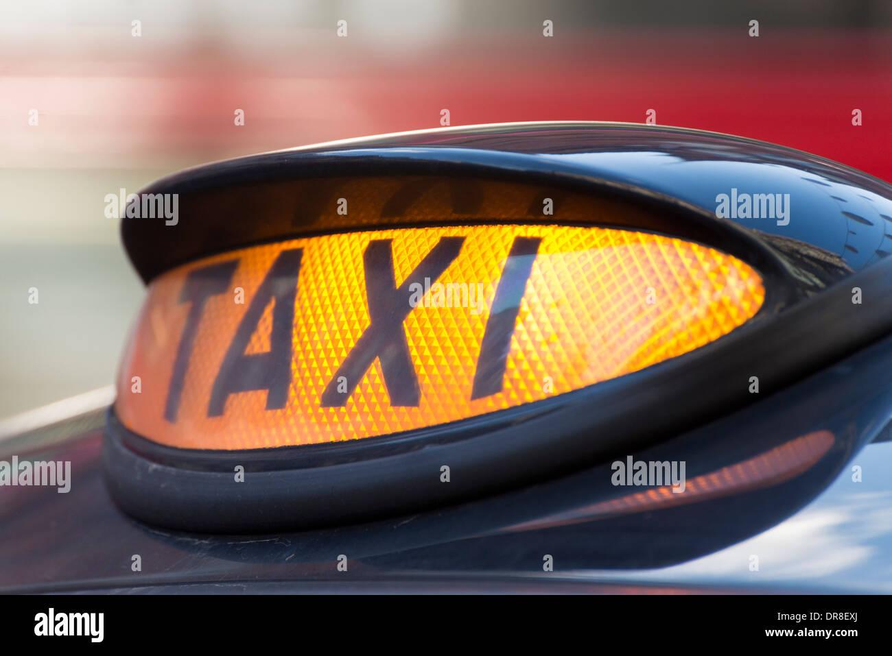 Encendido de luces de la cabina de taxis negros de Londres, Inglaterra, Reino Unido. Imagen De Stock
