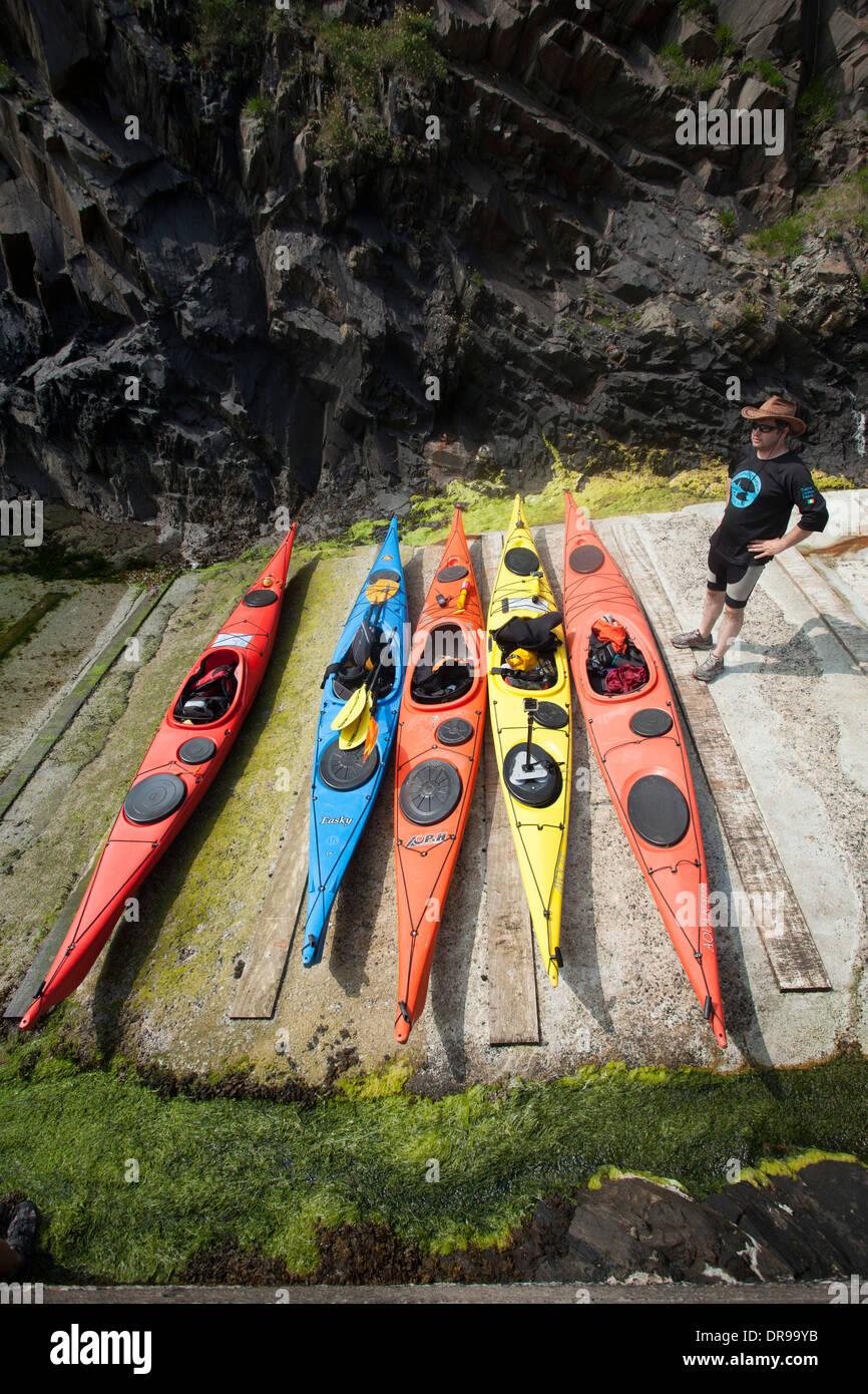 Kayaks de mar sobre el deslizamiento en Malin Beg, Condado de Donegal, Irlanda. Foto de stock