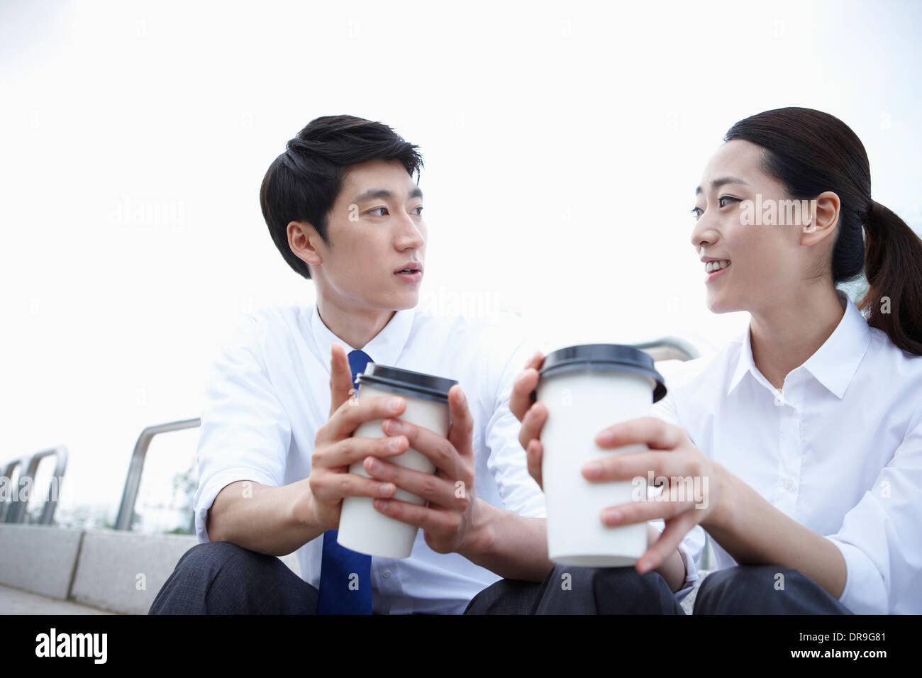Un hombre de negocios y una mujer de negocios junto a un río Foto de stock