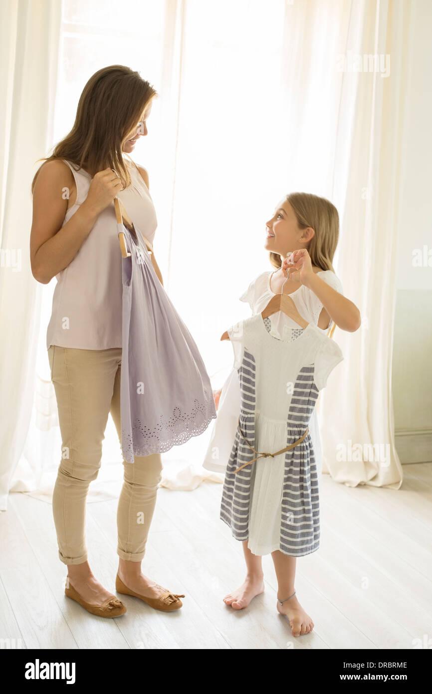 Madre e hija sacando ropa en dormitorio Imagen De Stock