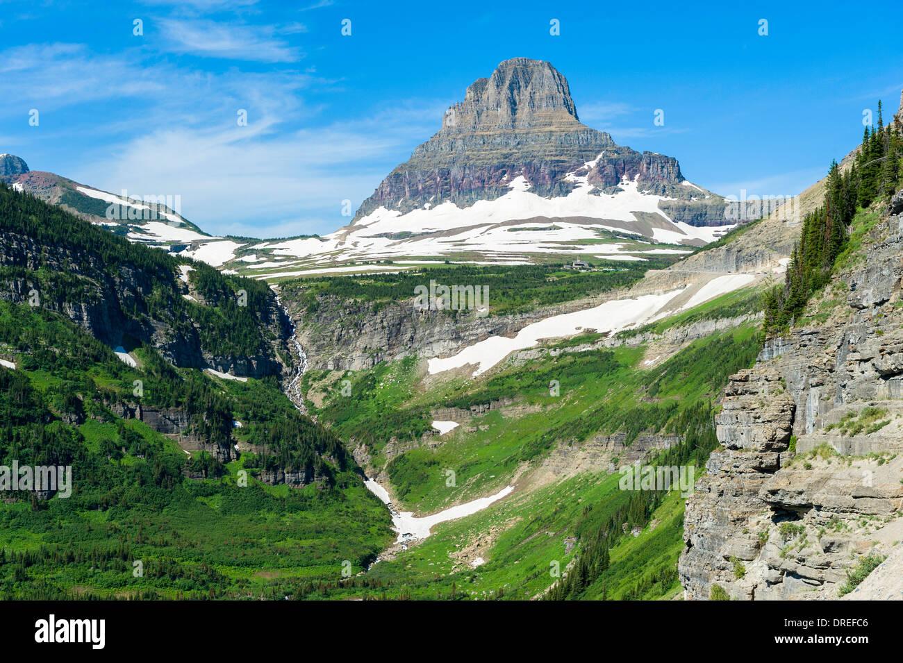 Vista de Clements montaña de 'ir-a-la-sol' carretera construida (1921-1932), el parque nacional de Glacier, Montana, EE.UU. Imagen De Stock
