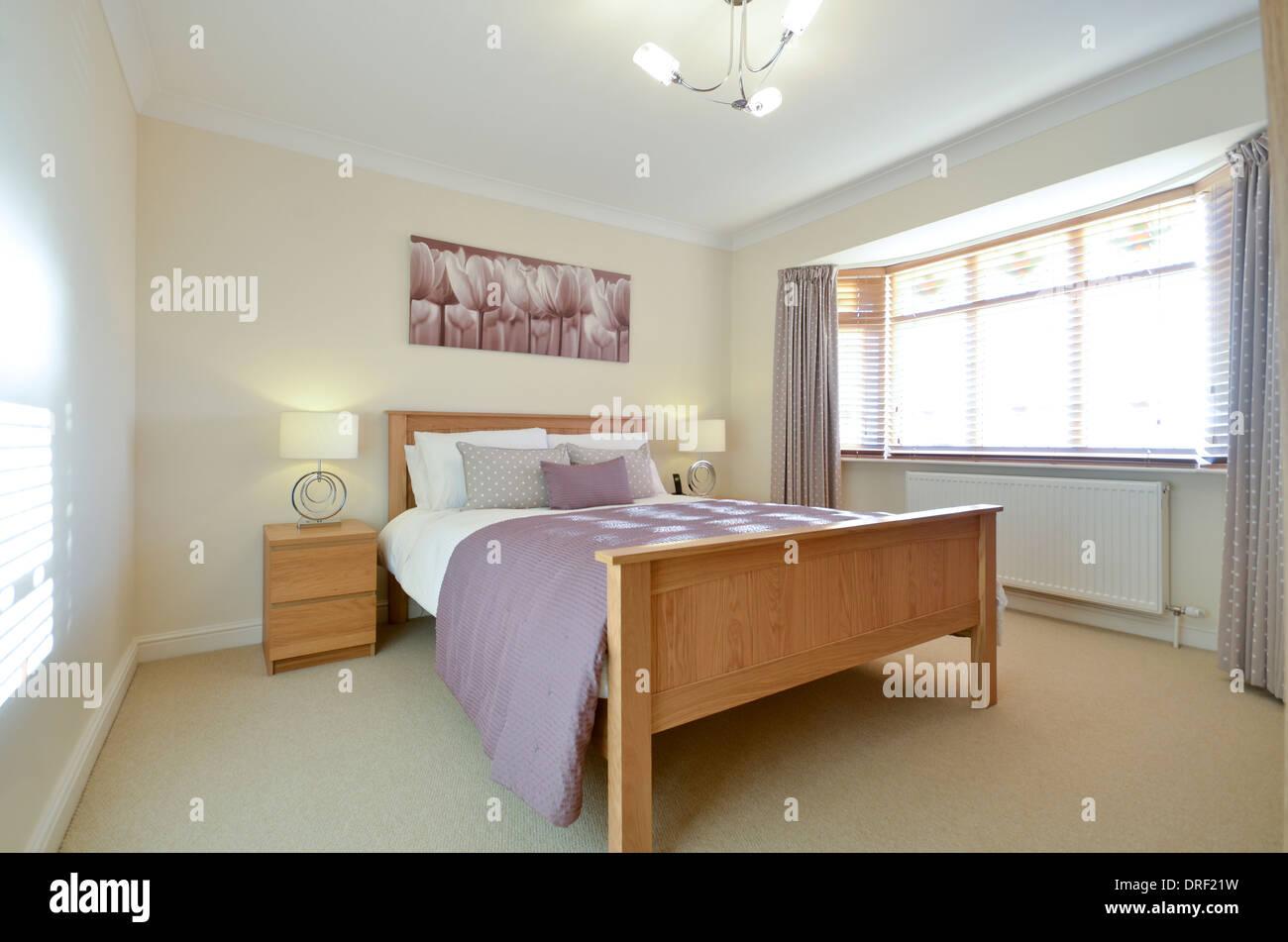 Elegante y moderno dormitorio con cama doble. Imagen De Stock