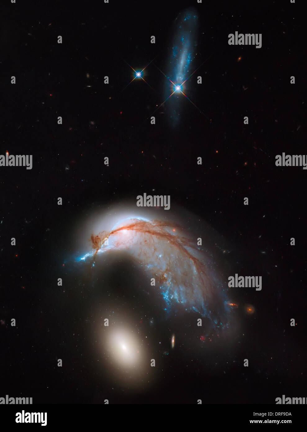 Arp 142 fusión galáctica, como se muestra en la foto del Telescopio Espacial Hubble. Imagen De Stock