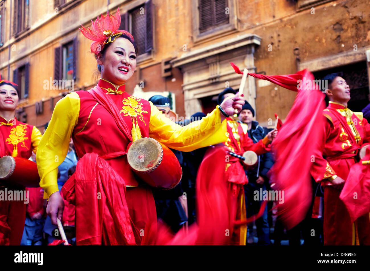 Roma, Italia, 25 de enero de 2014 los artistas celebran el Año Nuevo Chino en la Via del Corso. Según el calendario chino, este es el año del caballo Crédito: Fabrizio Troiani/Alamy Live News Imagen De Stock