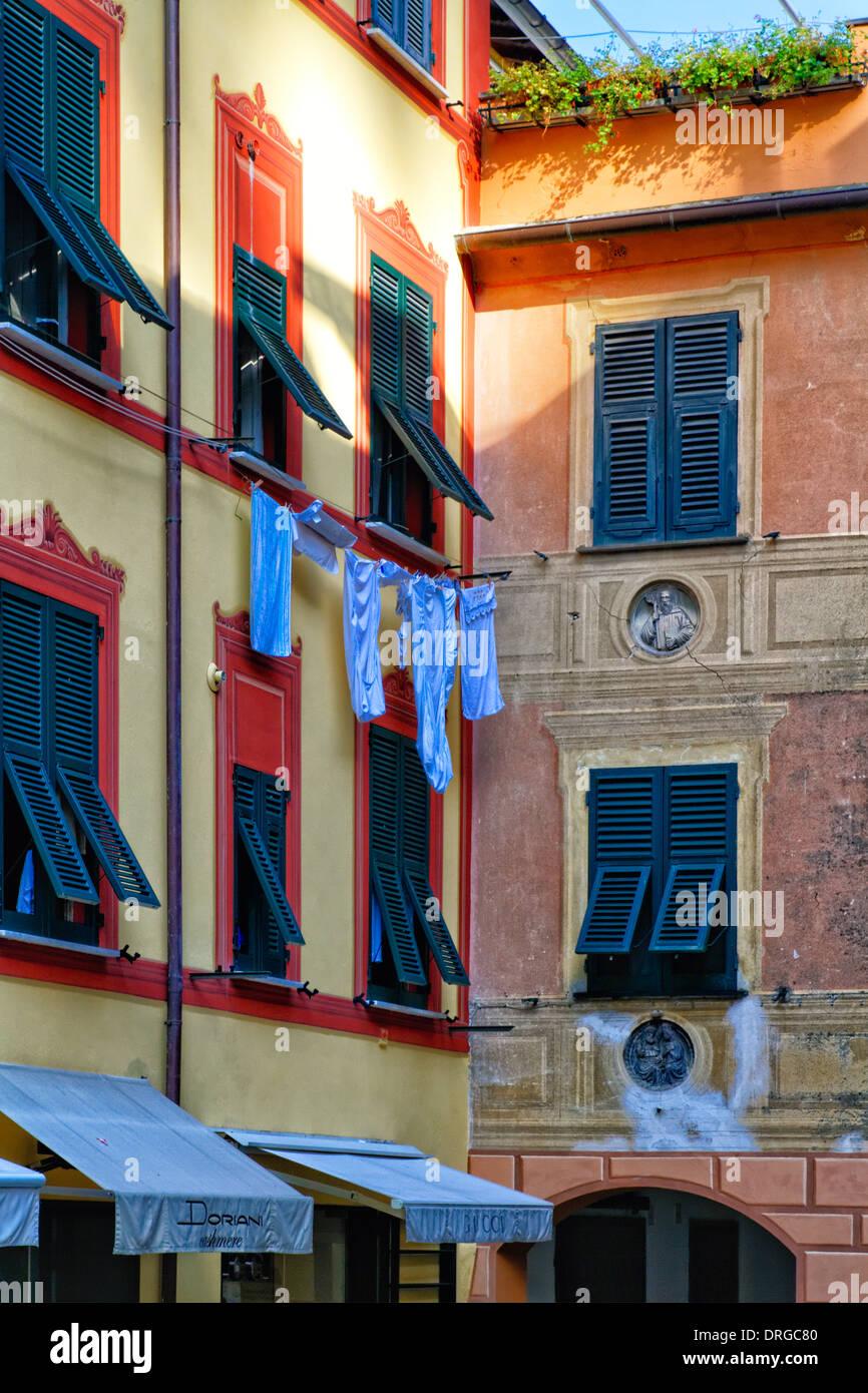 Vista de cerca de una casa fachada con ventanas con persianas y secado de ropa, Portofino, Liguria, Italia Imagen De Stock