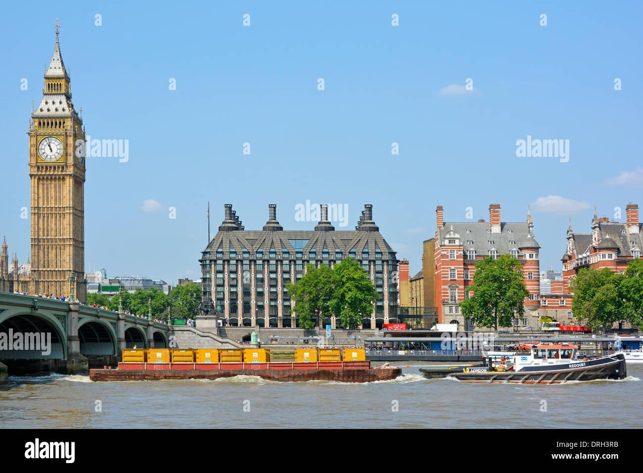 Remolcador tirando barcaza cargados con contenedores llenos de basura pasando Westminster en Londres Foto de stock
