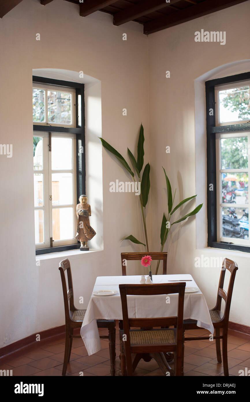 En el restaurante table Foto de stock