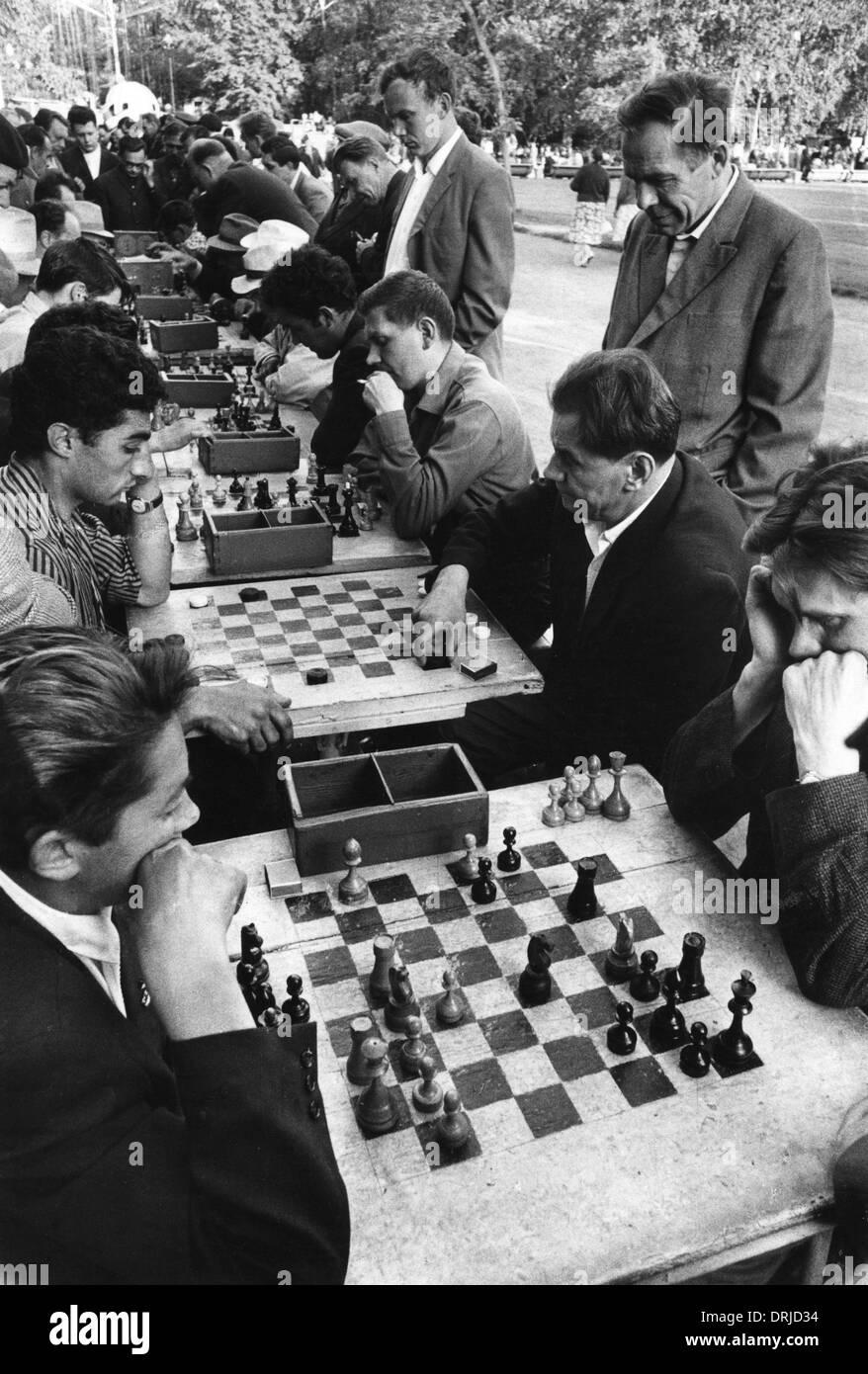 La gente jugando al ajedrez, el Parque Gorki, Moscú, Rusia Foto de stock
