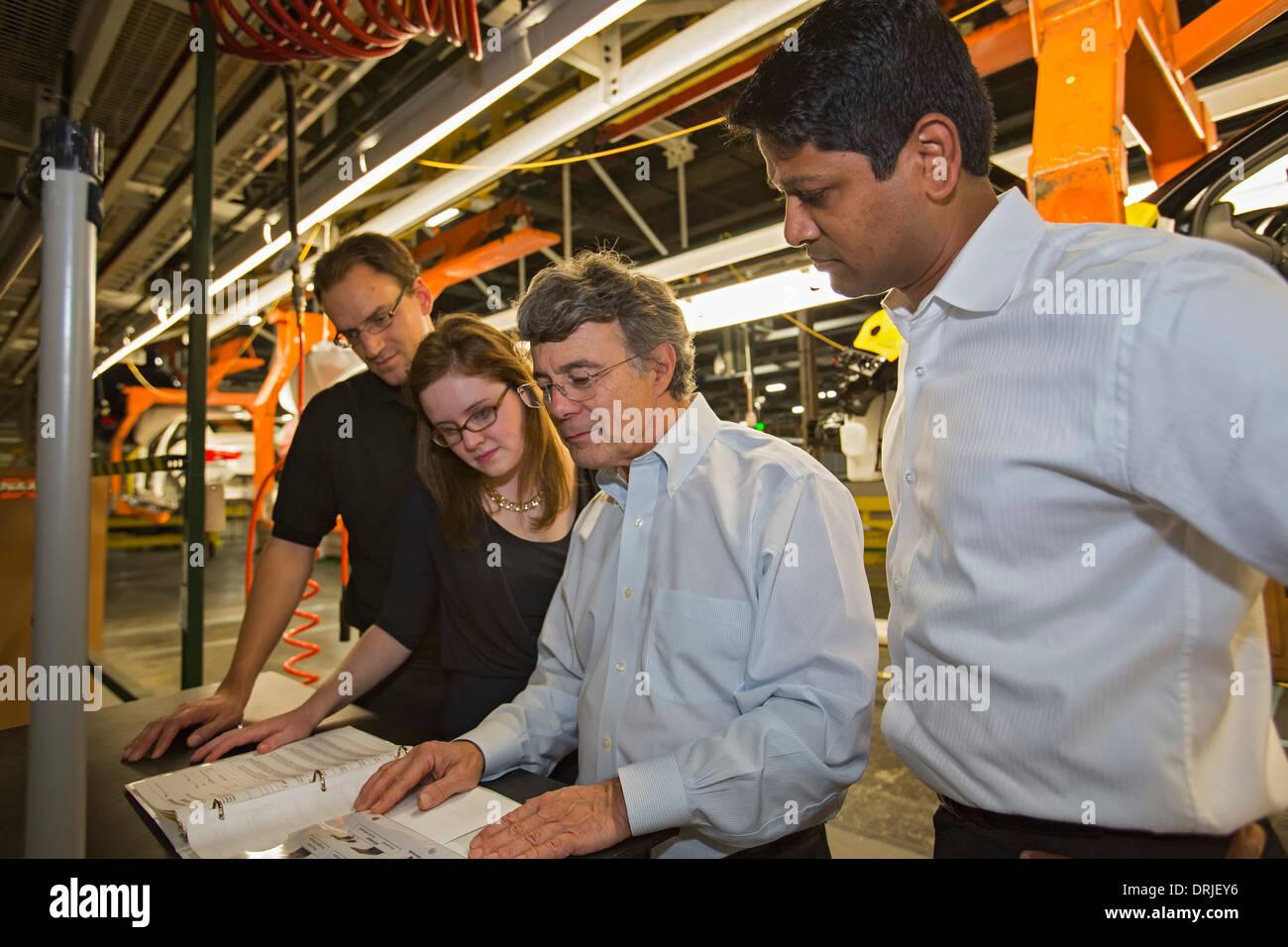 Xavier Mosquet (segundo desde la derecha), con su equipo de Boston Consulting Group en General Motors Detroit-Hamtramck planta de ensamblaje. Imagen De Stock