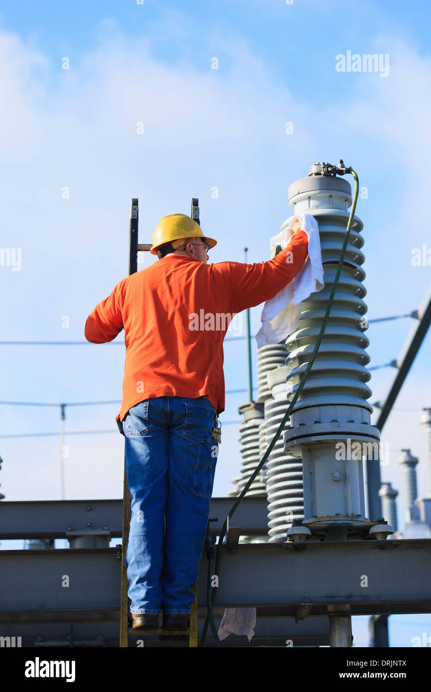 Ingeniero de poder limpiar un líquido aislante de alta tensión, Braintree, Massachusetts, EE.UU. Imagen De Stock