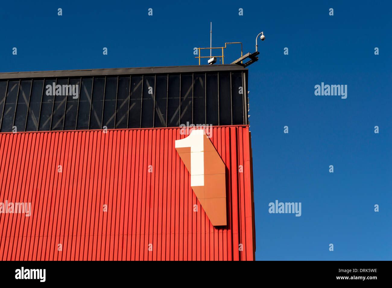 Gran número 1 numeral en el lateral del edificio rojo y negro Imagen De Stock