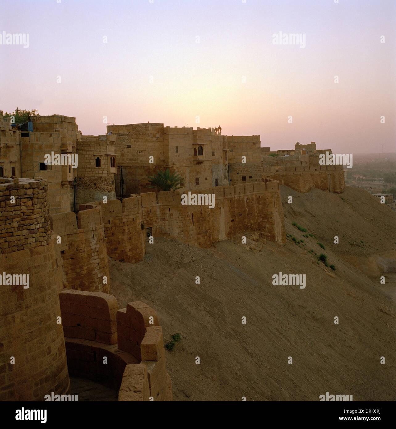 Amanecer amanecer vista a las murallas de la fortaleza de Jaisalmer en Rajasthan en la India en el sur de Asia. Foto de stock