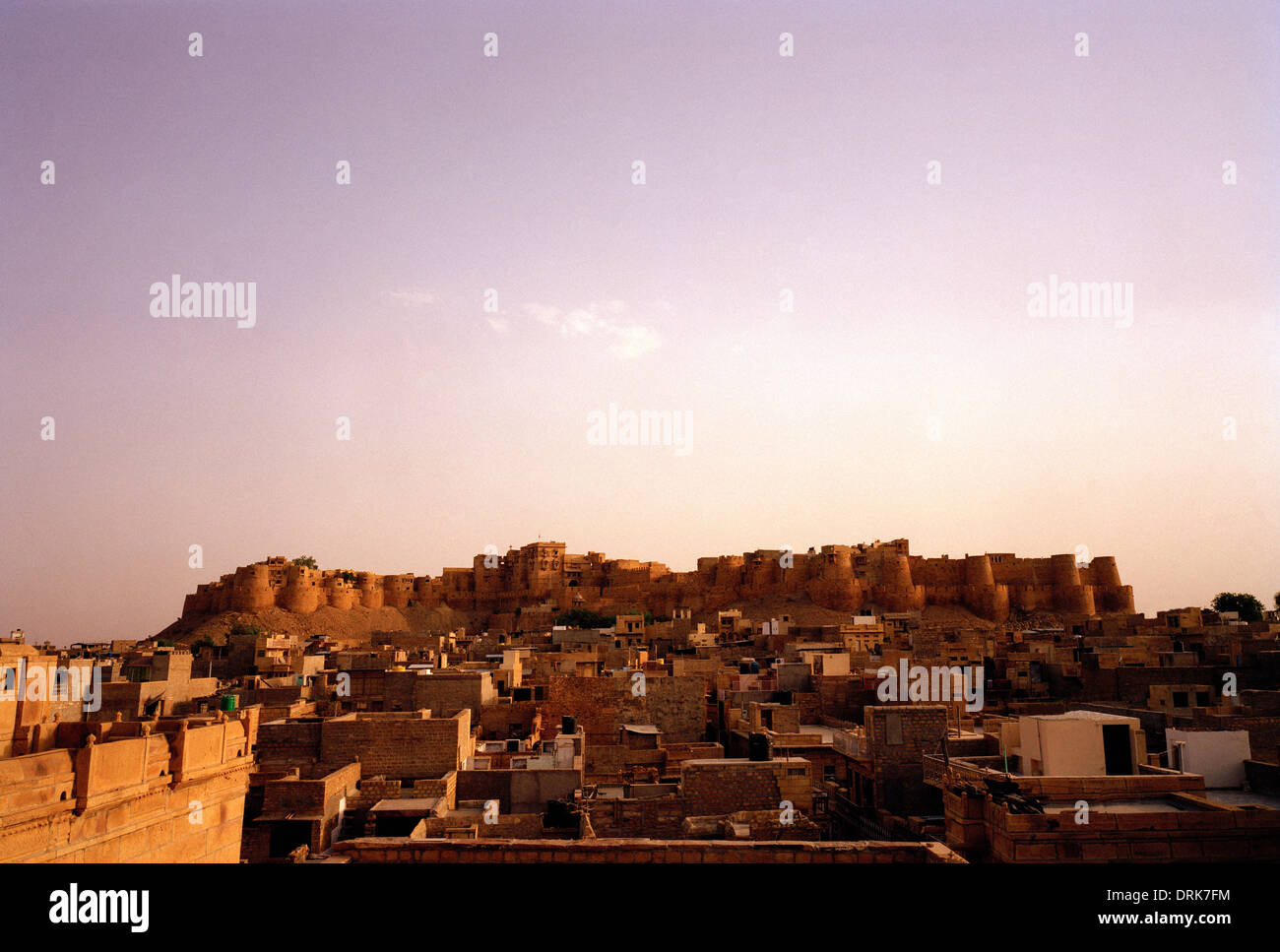 Vistas de Ciudad del Desierto de Jaisalmer y el fuerte en Rajasthan en la India en el sur de Asia. Paisaje panorámico Foto de stock