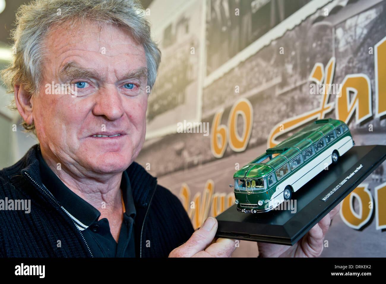 Nuremberg, Alemania. 28 ene, 2014. Antigua nacional guardameta Sepp Maier presenta un modelo de la Magirus S6500 Foto de stock