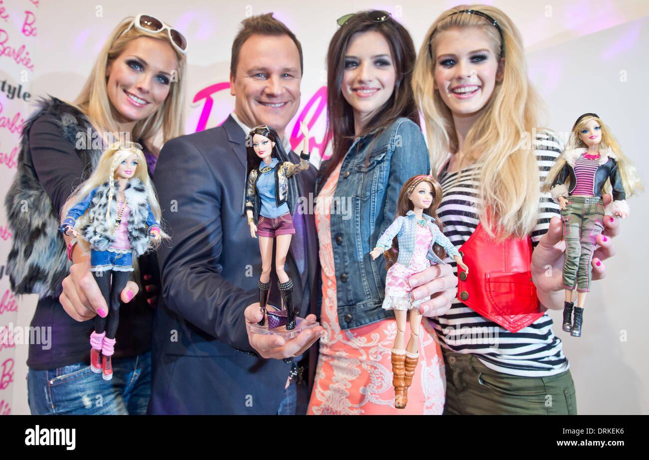 Nuremberg, Alemania. 28 ene, 2014. Los tres modelos presentan la nueva Deluxe Fashionista Barbies durante el programa Foto de stock