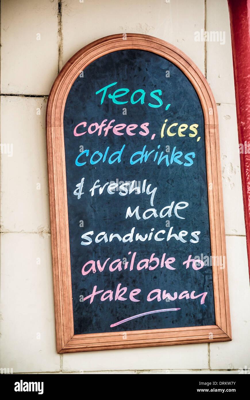 Chalk menú board fuera un paseo cafe en Whitley Bay. Imagen De Stock