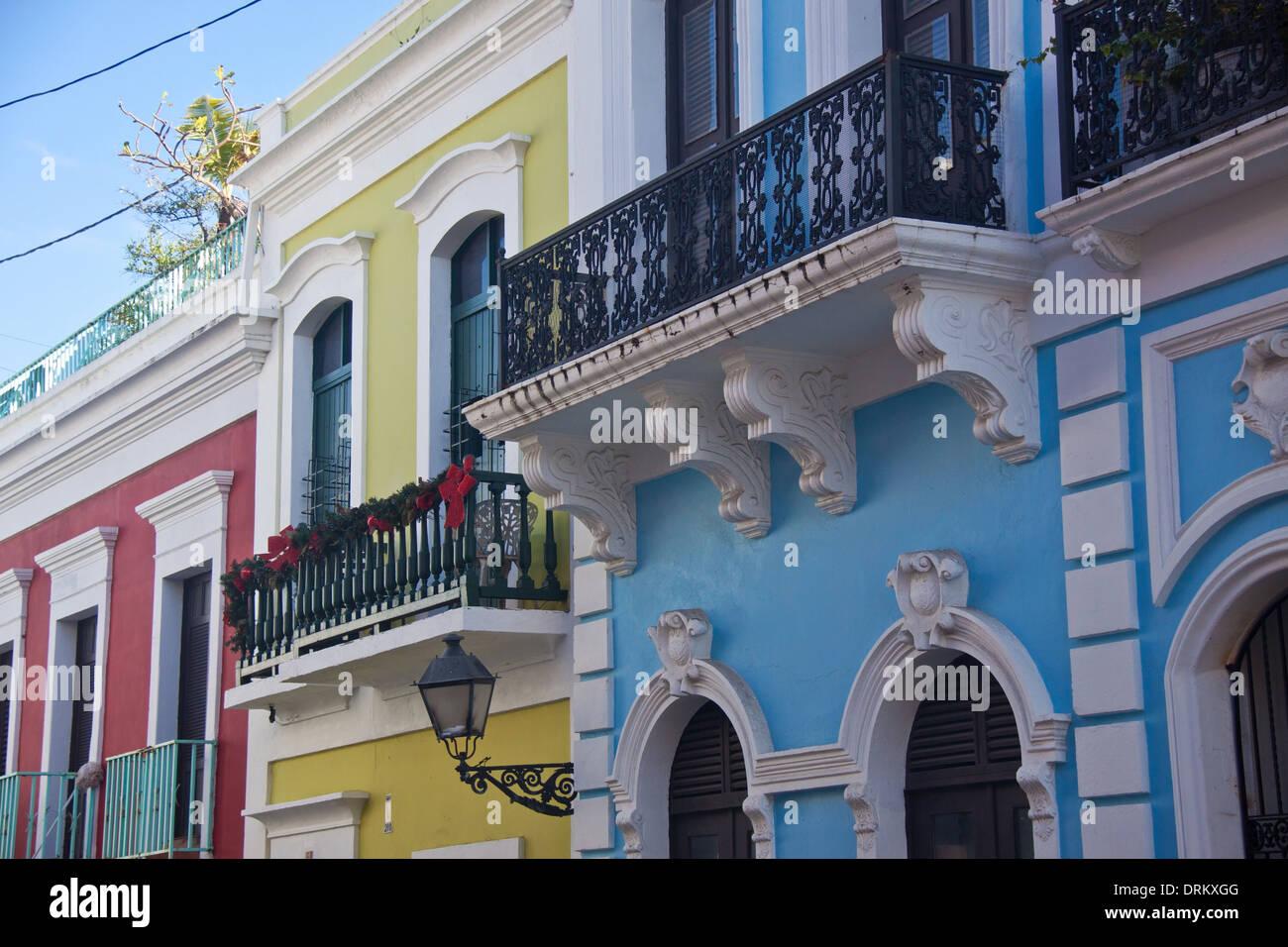 Coloridas Casas Y Balcones Decorados Para La Navidad En El Viejo San
