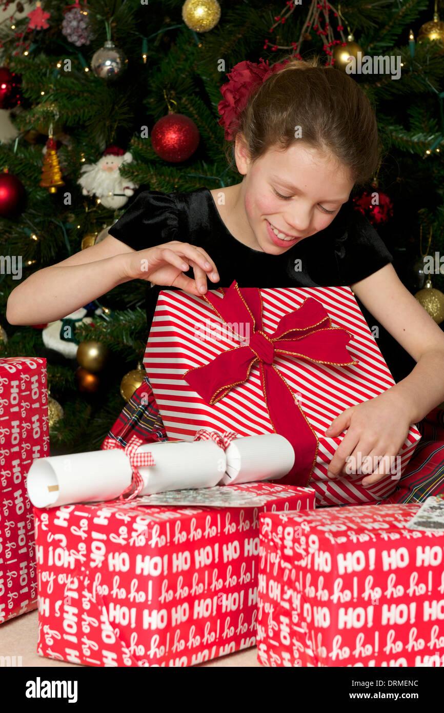 Chica abriendo regalos de Navidad Imagen De Stock