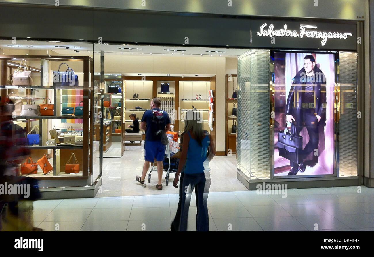 62f599185e5c7 SALVATORE FERRAGAMO store en el Aeropuerto de Bangkok, Tailandia. Foto Tony  Gale Imagen De