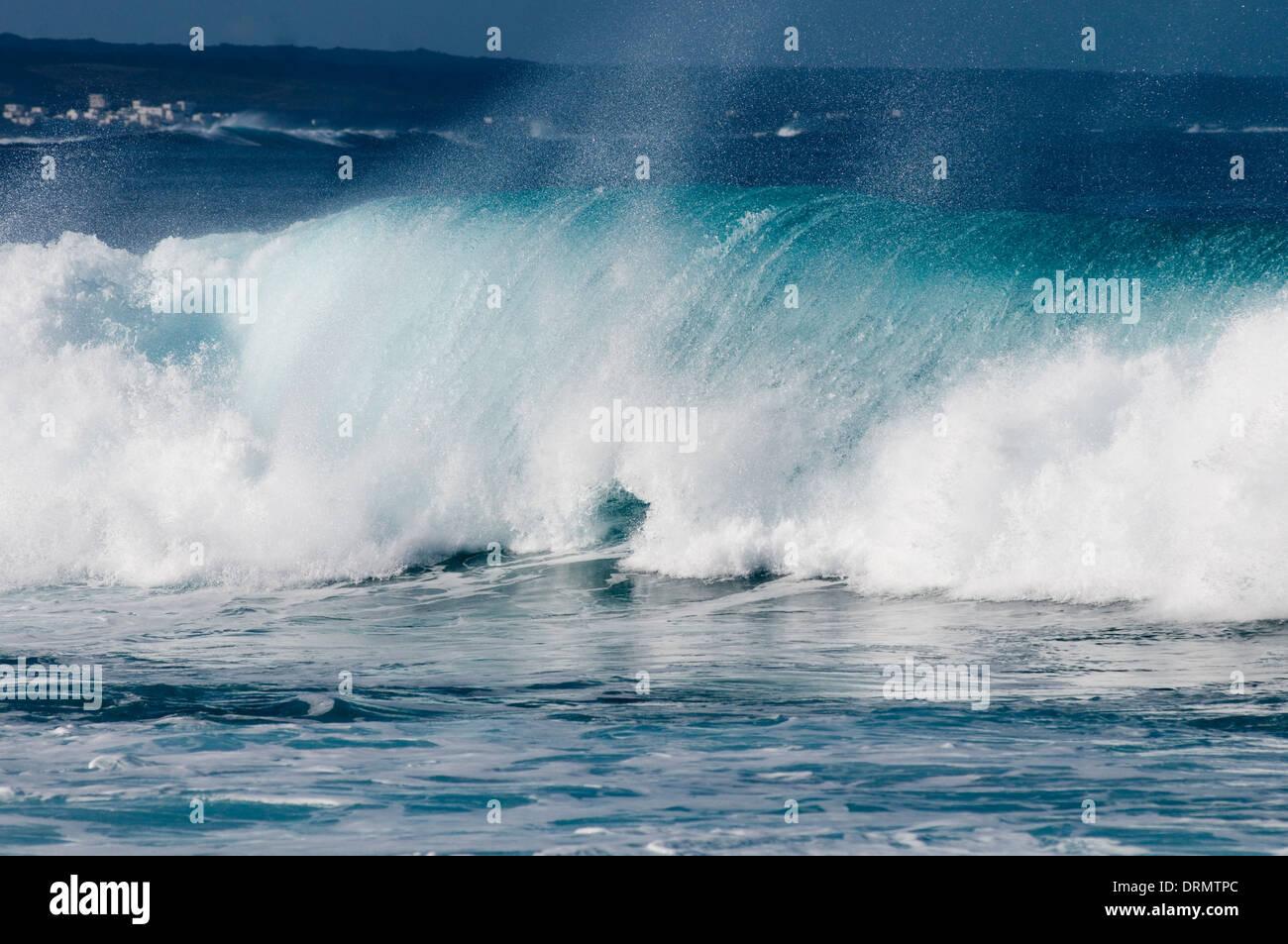 Onda de energía de ondas de agua de mar embravecido mar rompiendo breakers surf spray azul caballos blancos de sal Foto de stock