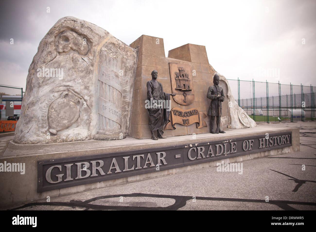 La cuna de la historia. Gibraltar monumento en la forma de la roca a la entrada de Gibraltar, Territorio de Ultramar del Reino Unido. Imagen De Stock