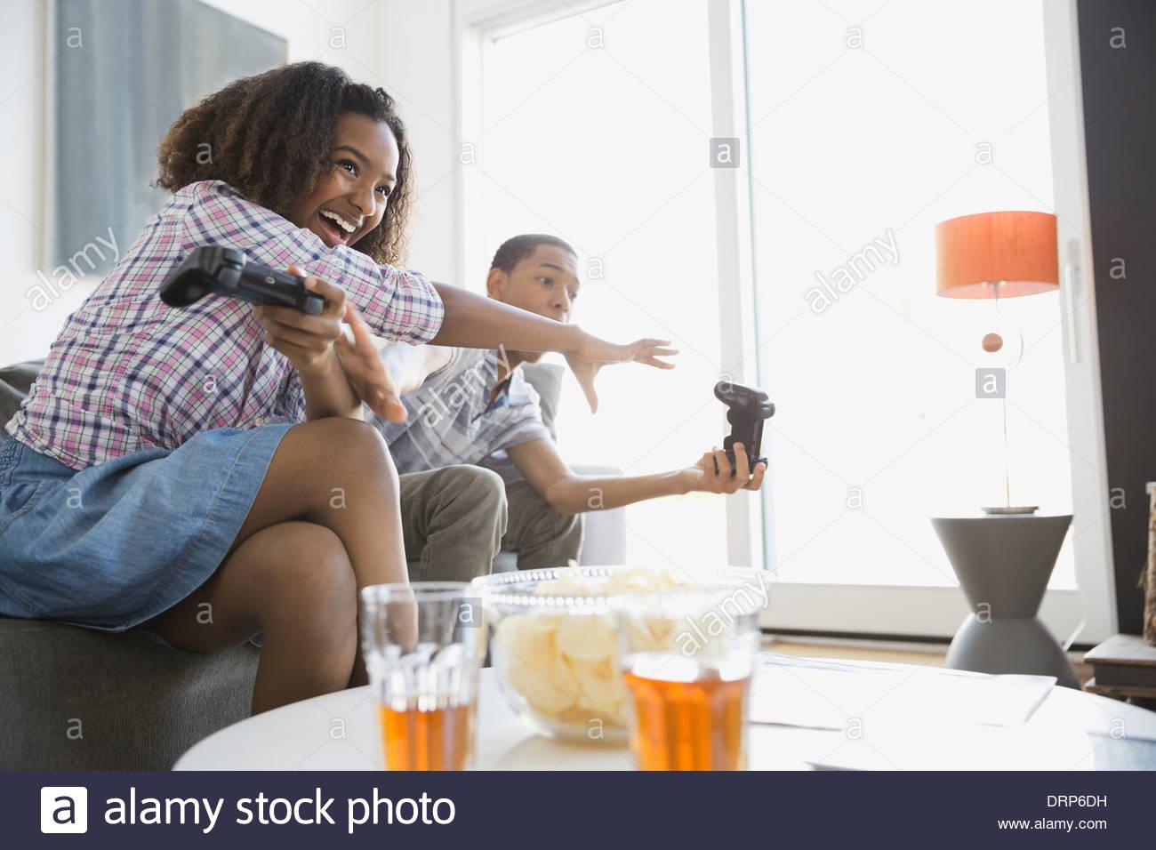 Hermanos jugando juegos de video en casa Imagen De Stock