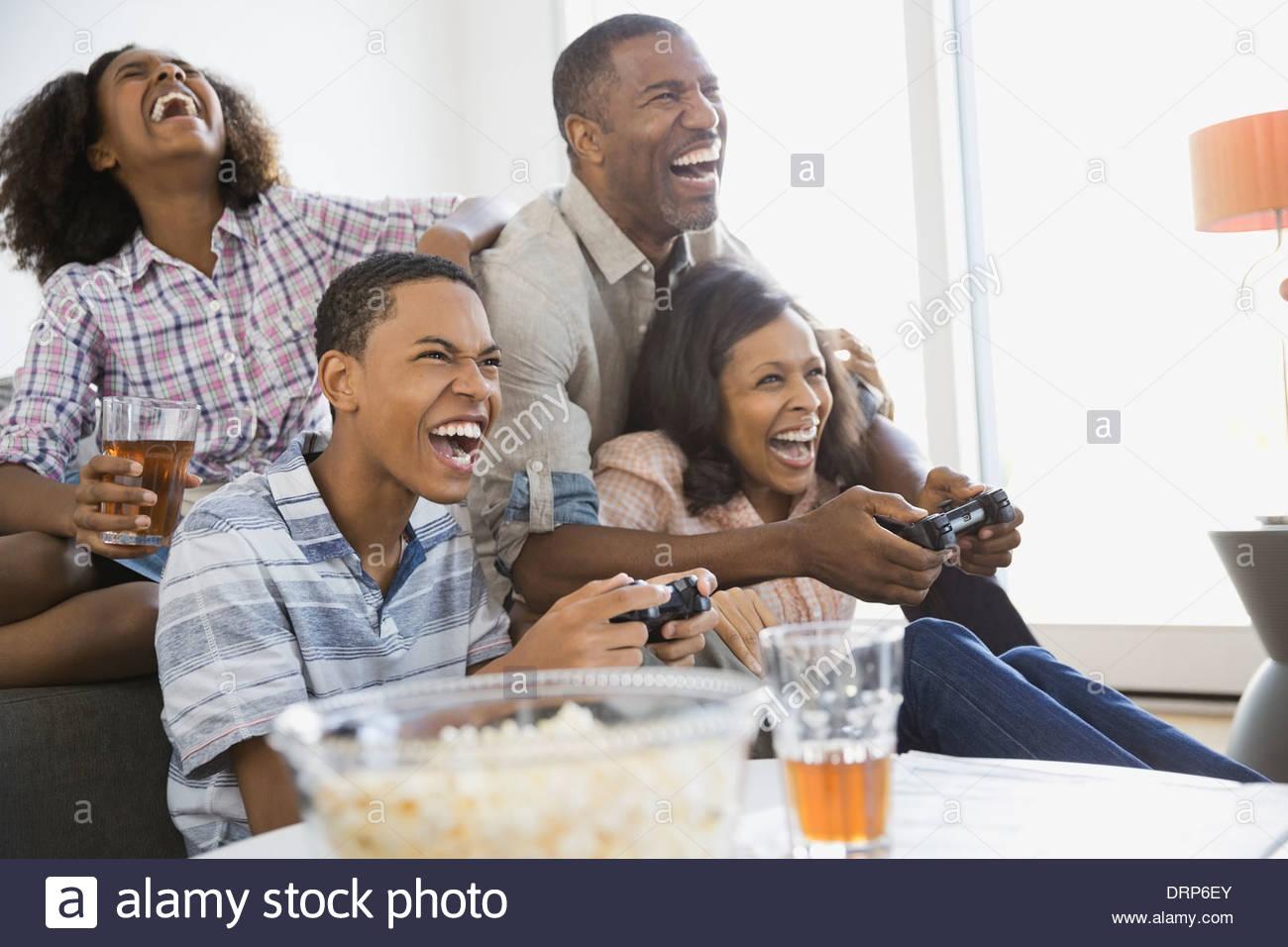 Jugar juegos de video familiar en casa Imagen De Stock