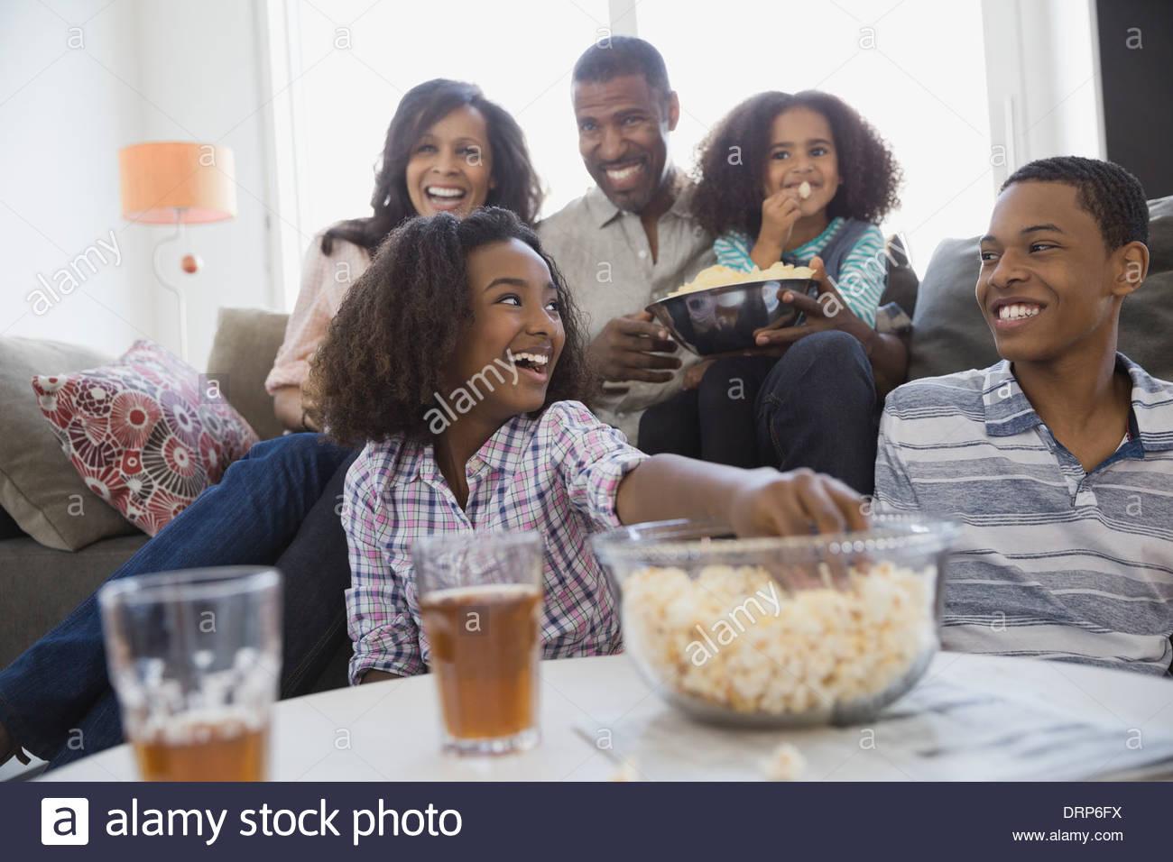 Familia viendo la televisión juntos en casa Imagen De Stock