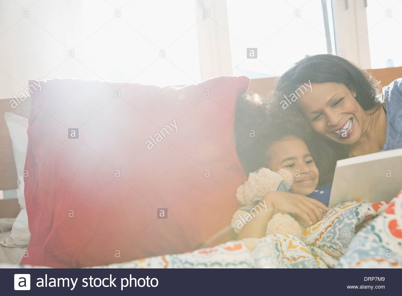Lectura de madre a hija story book Imagen De Stock