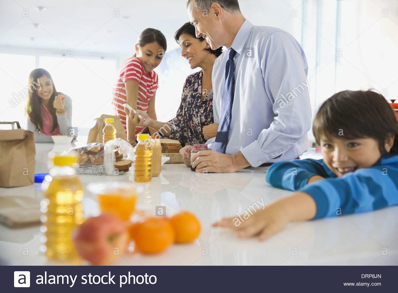 Familia desayunando en casa Imagen De Stock