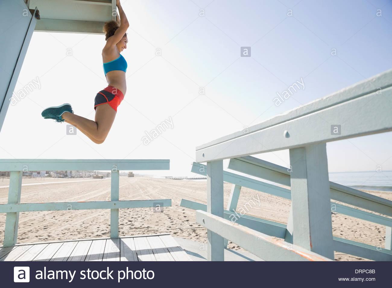 Mujer ejercicio cerca de la playa Imagen De Stock