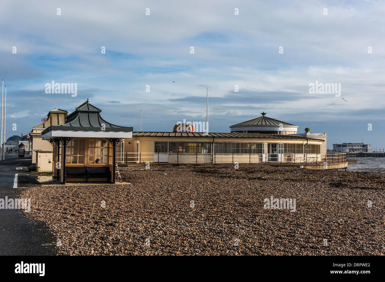 Arquitectura de época a la orilla del mar en una playa tranquila, bañada en la luz cálida de invierno, en Worthing, Foto de stock