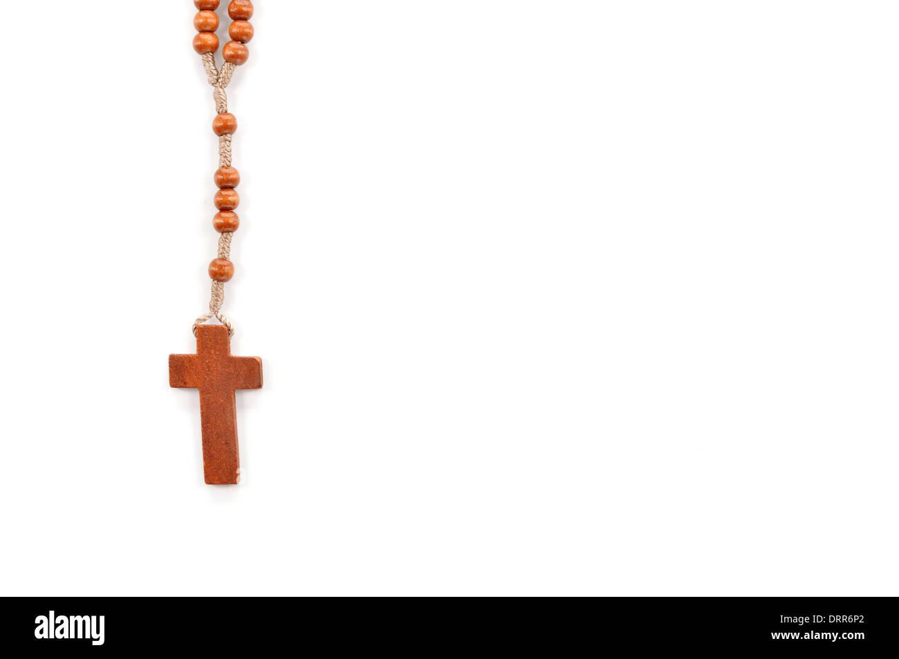 Rosario llano de madera sobre fondo blanco. Rosarios usar para contar las repeticiones de oraciones - el rosario de la Virgen María. Imagen De Stock
