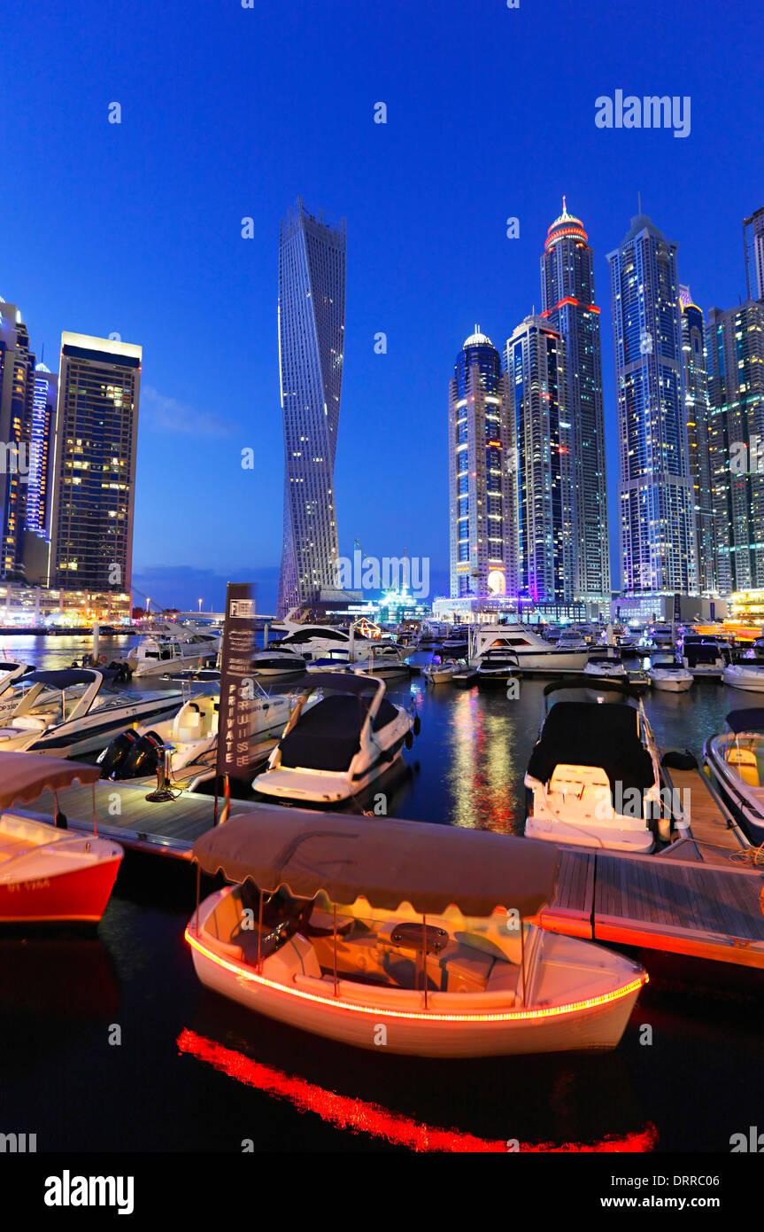 Dubai Marina por la noche. Foto de stock