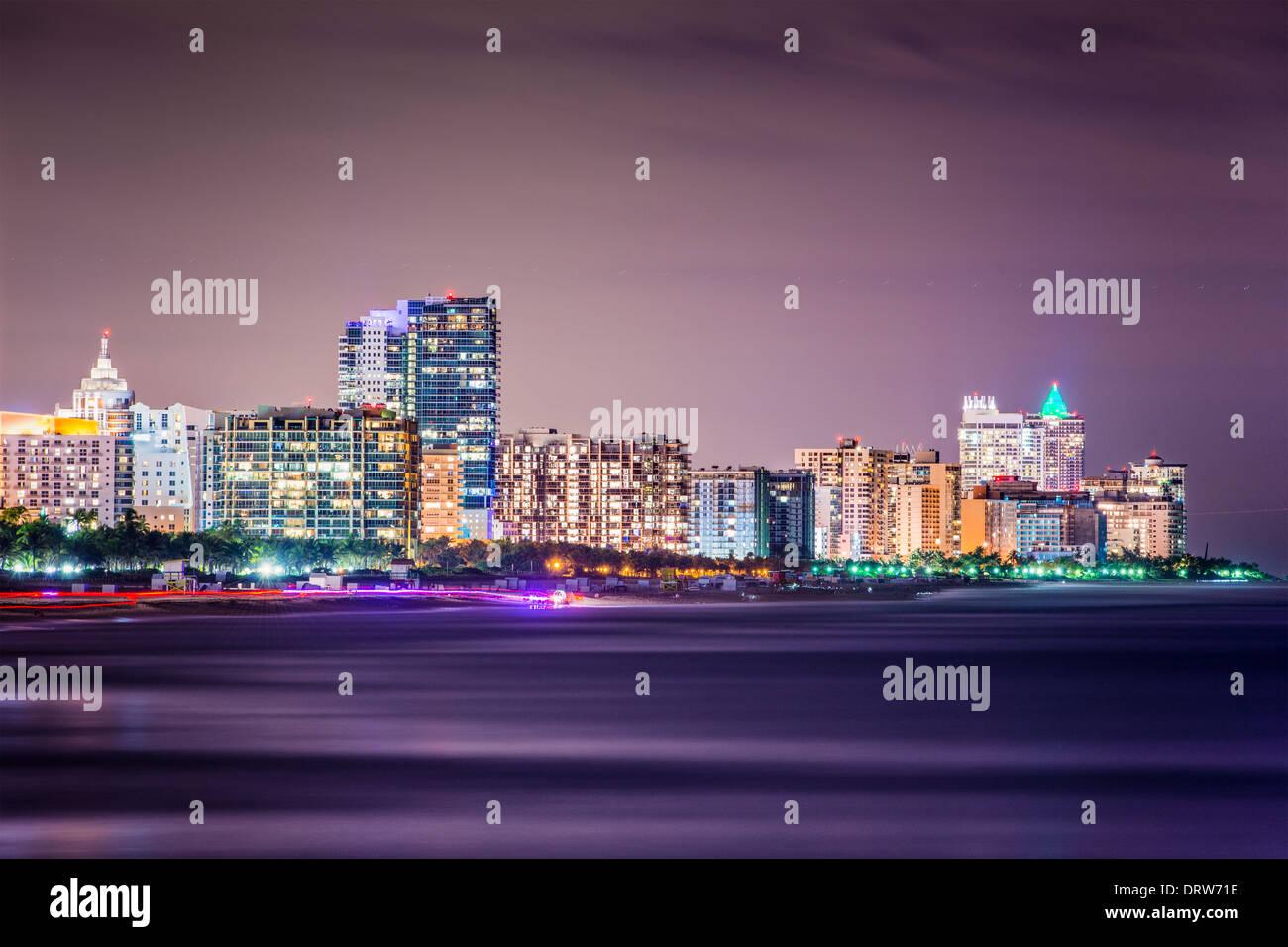 Horizonte de Miami Beach, Florida en la noche. Imagen De Stock
