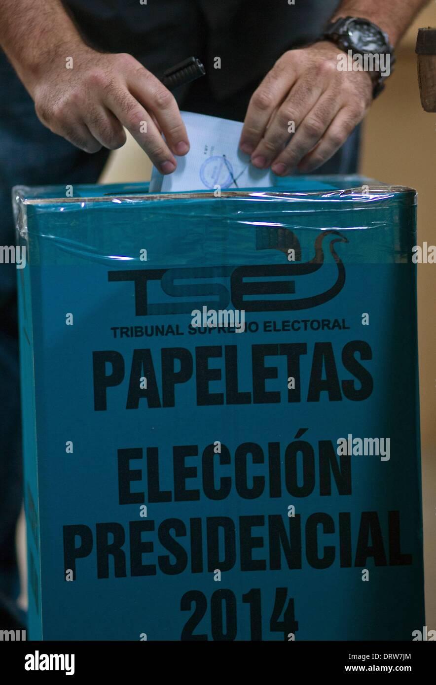 San Salvador El 2 De Febrero El 1 De Junio De 2014 Un Ciudadano Arroja Su Voto Durante Las Elecciones Presidenciales En El Centro De Convenciones En San Salvador Capital De El