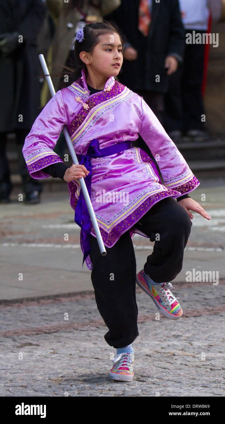 Adolescente chino, vestido con traje tradicional, baile en ...