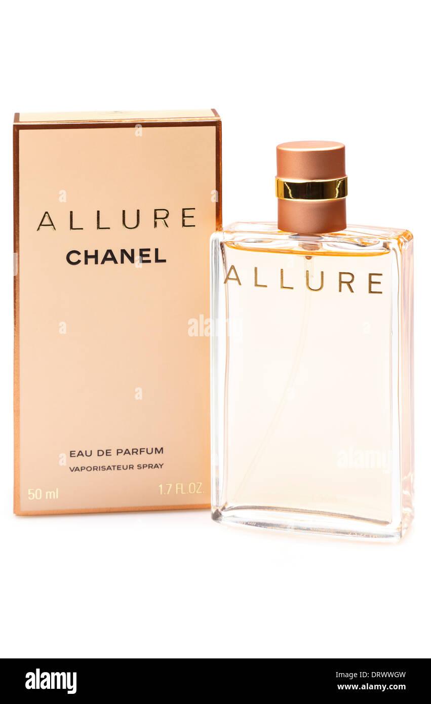 de31a8e69 Botella de Mujer Chanel Allure Eau de Parfum perfume spray vaporizador  tamaño 50 ml con caja aislado sobre un fondo blanco liso