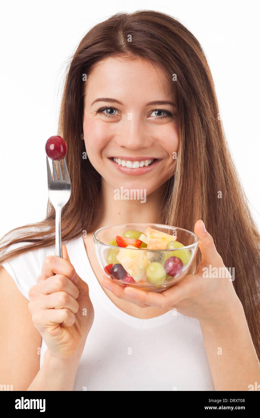 Close Up retrato de una bella mujer comer frutas, aislado en blanco Imagen De Stock