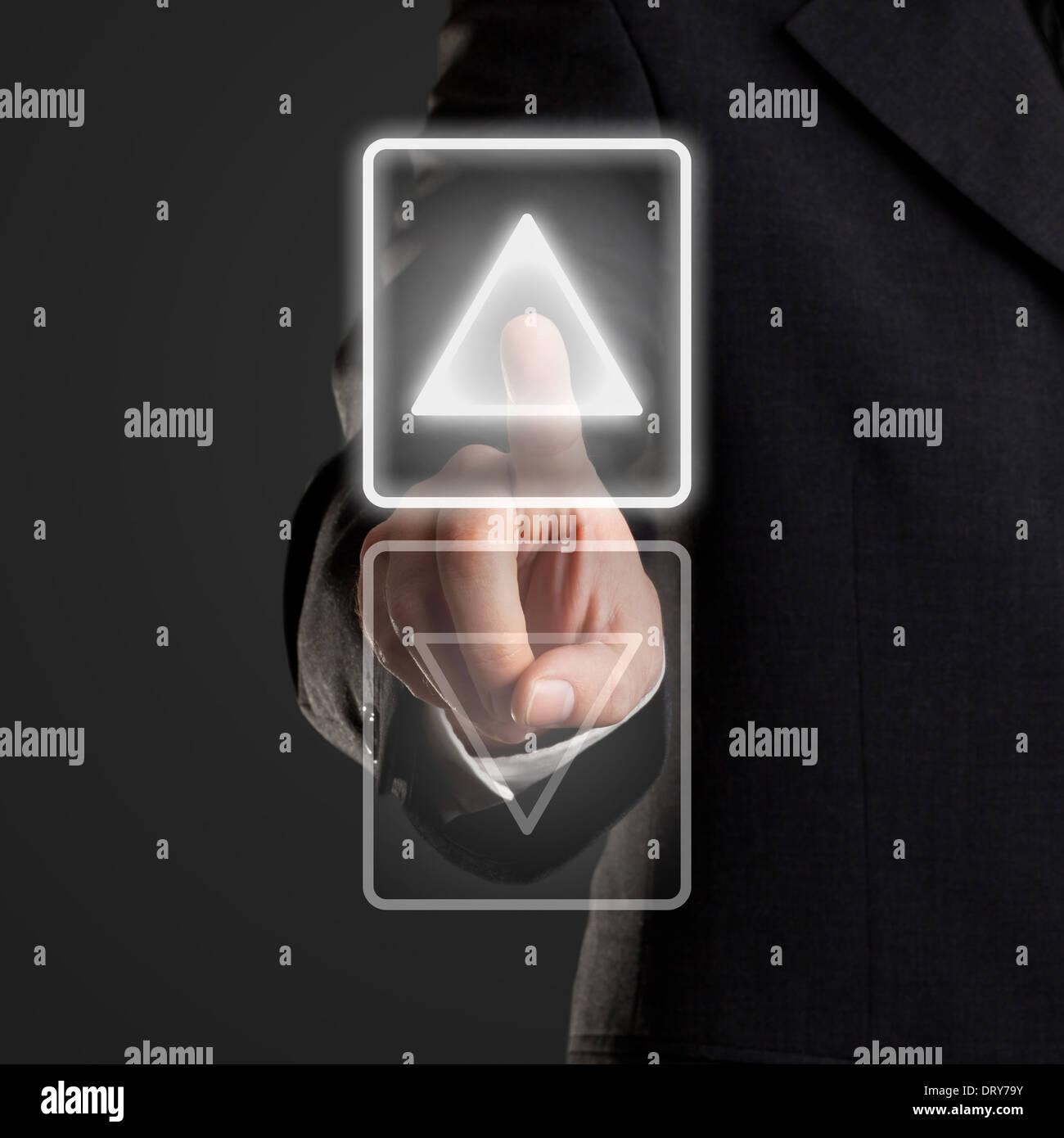 Empresario pulsando el botón Arriba en la pantalla virtual Imagen De Stock