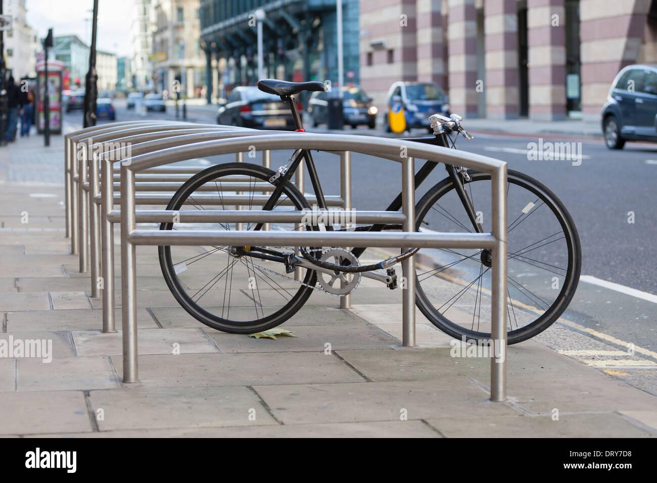 Bicicleta en un soporte de la bici, Londres, Inglaterra Imagen De Stock