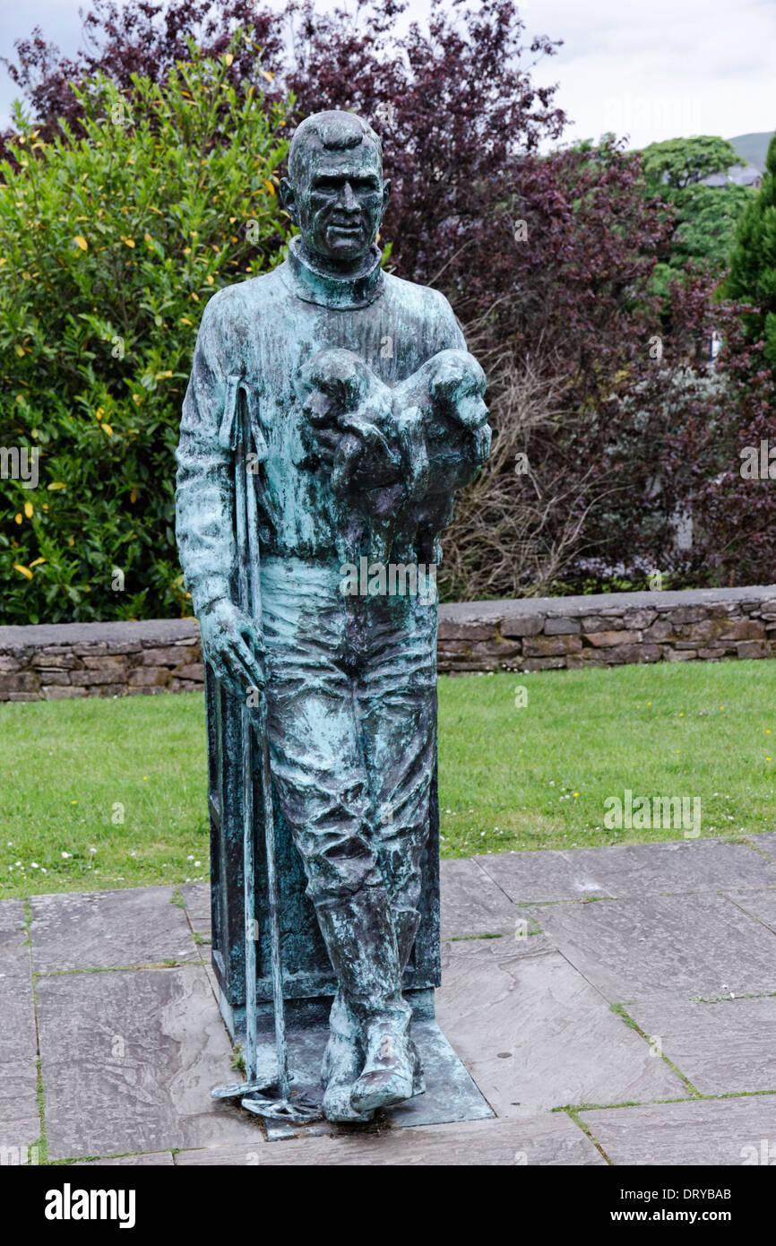 Estatua del explorador antártico Tom Crema en Anascaul, Condado de Kerry, Irlanda Imagen De Stock