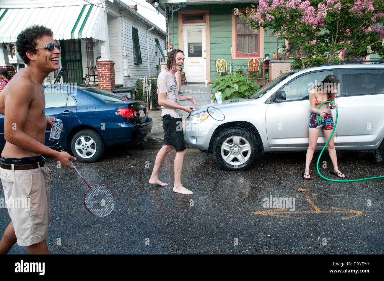 Los residentes del vecindario de Bywater en Nueva Orleans, jugar bádminton calle informal y divertirse, Louisiana. Imagen De Stock