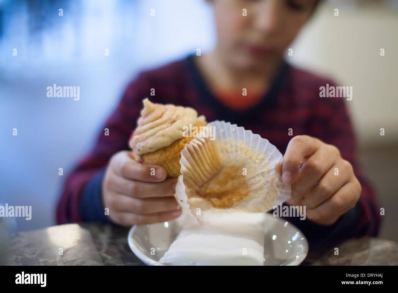 Niño comiendo cupcake Imagen De Stock