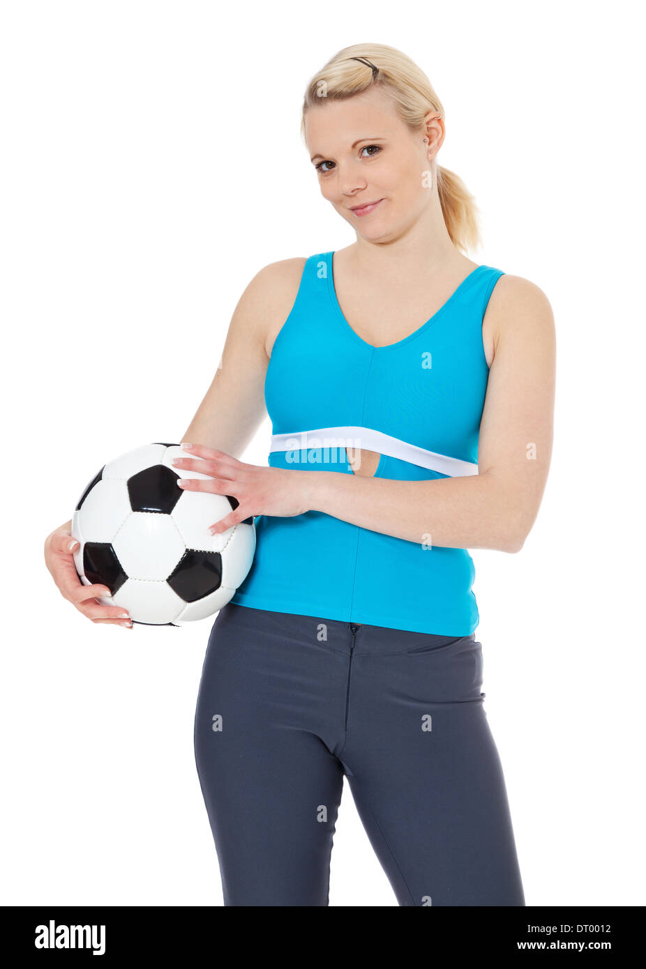 18f914d7d74e3 Atractiva mujer joven sosteniendo un balón de fútbol. Todo sobre fondo  blanco. Imagen De