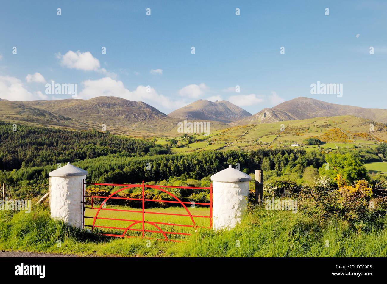 Las Montañas de Mourne, Condado de Down, Irlanda del Norte. Al sur sobre el valle Trassey y Tollymore Park de Slieve Bearnagh Foto de stock