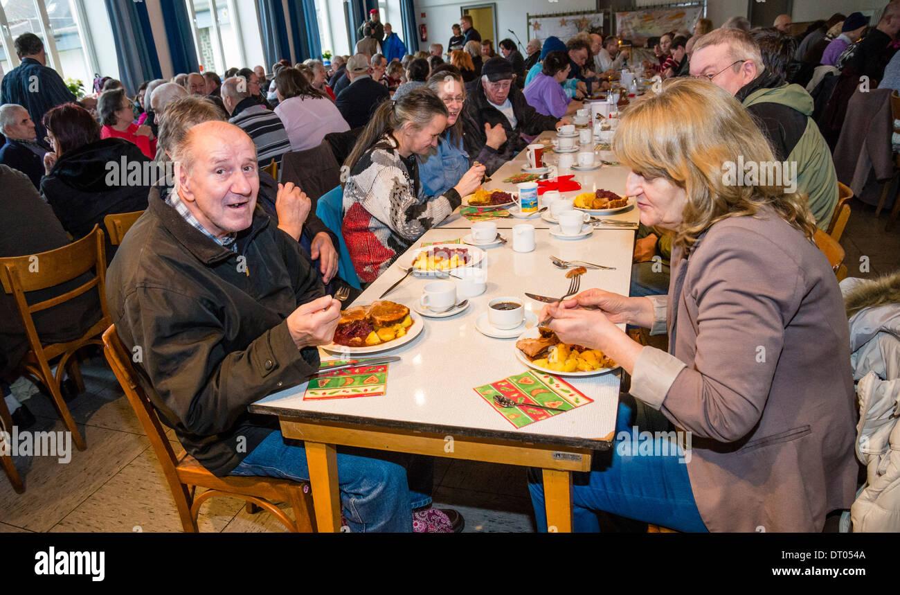 Las personas sin hogar tienen una cena de navidad, servido por voluntarios de la comunidad local de la iglesia. Imagen De Stock