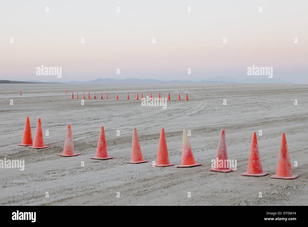 Desierto Black Rock de Nevada Fila USA conos de tráfico desierto Black Rock de superficie plana Imagen De Stock