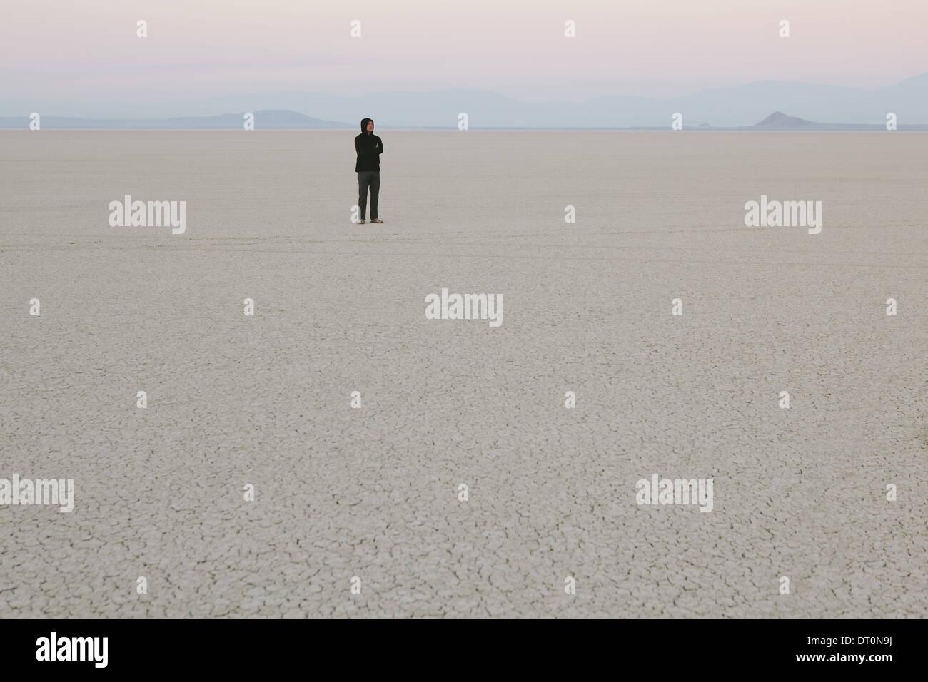 Desierto Black Rock de Nevada EE.UU. Hombre de pie en el vasto desierto paisaje Imagen De Stock
